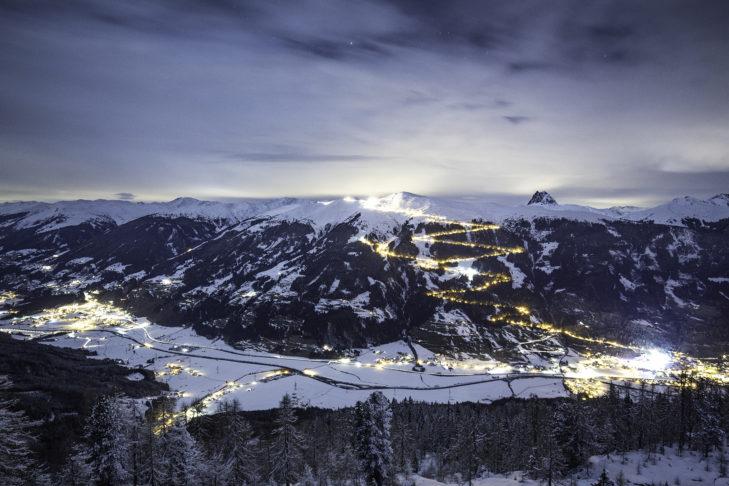 Romantik pur beim Blick auf die beleuchtete Rodelbahn in Bramberg.