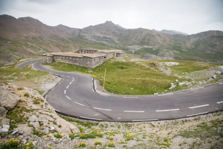 Der höchste Alpenpass führt durch die französischen Seealpen.