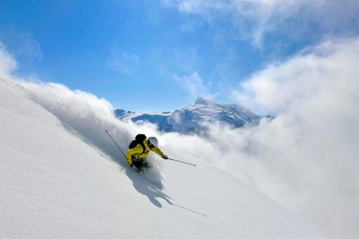 Tiefschnee-Fans benötigen für maximales Vergnügen spezielle Freeride-Ski.