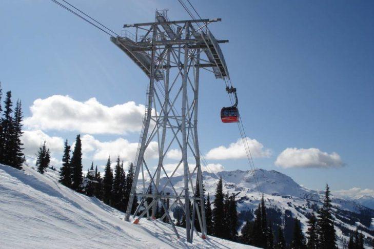 Die Gondeln der Peak 2 Peak Seilbahn schweben teilweise über 400 m über dem Tal.
