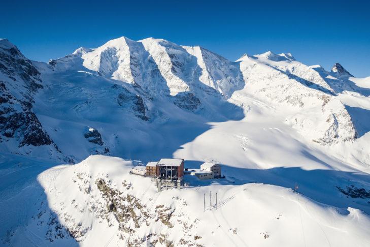 Das Berghaus Diavolezza. Im Hintergrund der Piz Palue.