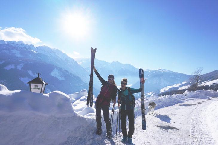 Start bei Kaiserwetter in Neukirchen für die SnowTrex-Mitarbeiterinnen Chloé und Alexandra.