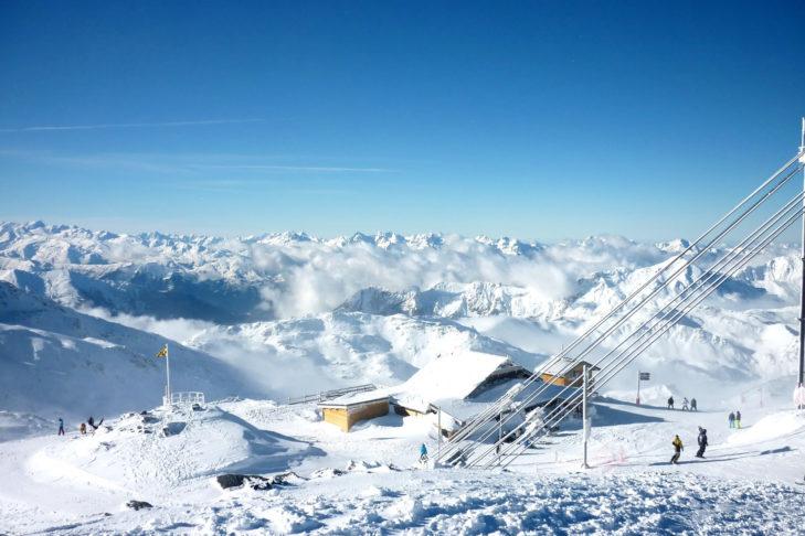 Im größten zusammenhängenden Skigebiet der Welt sind weit und breit nur schneebedeckte Gipfel zu sehen.