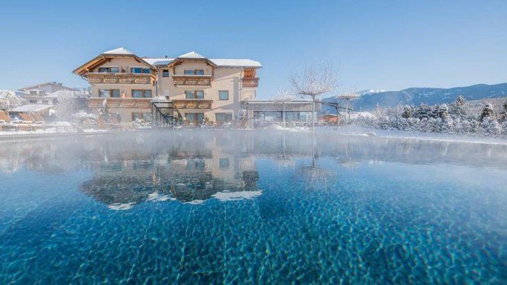 Das Hotel Sonnenhof bietet einen atemberaubenden Pool und natürlich eine E-Tankstelle.