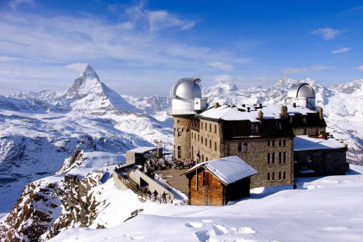 Vom Gornergrat hat man einen unschlagbaren Ausblick auf das imposante Matterhorn und die umliegende Schweizer Bergwelt.