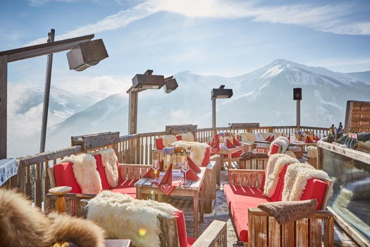 Die Skihütte präsentiert sich stilvoll durch einen gelungenen Mix aus rustikal und modern.